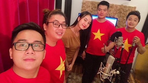 Nhạc sĩ Phạm Trường (người thứ 2 từ phải qua trái) và các ca sĩ Mạnh Hùng, Nguyễn Quang, Thu Hường, Minh Hòa 'trao gửi' món quà âm nhạc xuất phát từ trái tim.