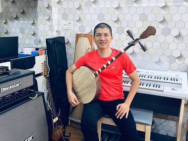 Nhạc sĩ Hoài An trình diễn thành thạo rất nhiều loại nhạc cụ
