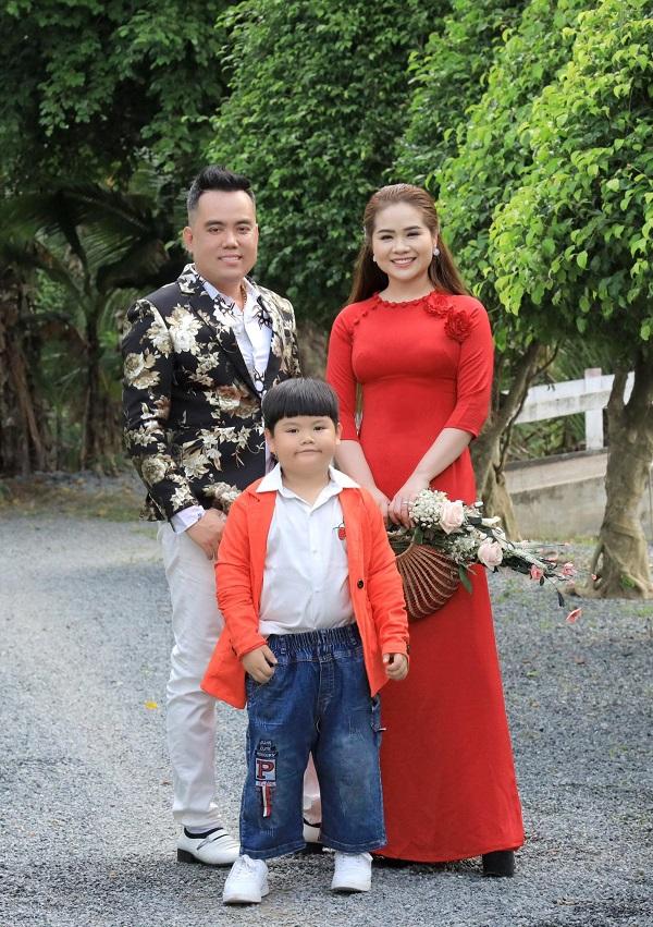 """Gia đình nhỏ hạnh phúc to của cặp đôi """"vợ chồng song ca"""" Thọ Hùng và Kim Cương."""