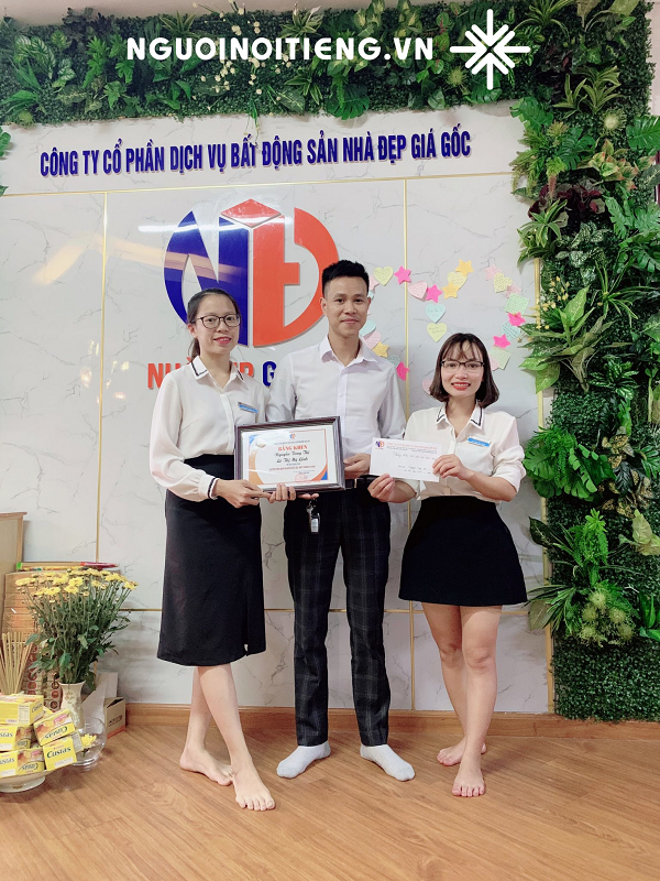 Ông Nguyễn Văn Sơn cùng bestseller của Công ty Cổ phần Dịch vụ BĐS Nhà đẹp Giá gốc.