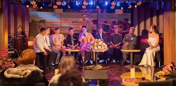 MC Bích Thủy (ảnh phải) đang tác nghiệp trong buổi Gặp gỡ Báo chí và ra mắt MV 'Chí nam nhi' - Ca sĩ Bùi Duy Đạt.
