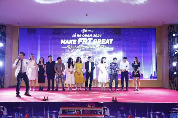 MC Phạm Hồng Phong (ảnh trái) trực tiếp thổi hồn cho chương trình.