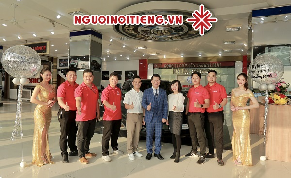 MC Phạm Hồng Phong chup ảnh lưu niệm cùng tập thể Công ty Cổ phần Thương mại Kylin-GX668.