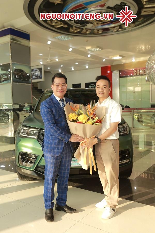 Đại diện đơn vị nhập khẩu và phân phối độc quyền Brilliance V7 - ông Nguyễn Thạc Thành (ảnh phải) tặng hoa và quà cho MC Phạm Hồng Phong.