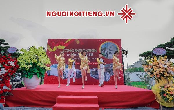 MC Phạm Hồng Phong cùng vũ đoàn Việt Star tâm niệm: 'Đem đến một sự kiện hoàn hảo, trao gửi những trải nghiệm tuyệt vời dành tặng Khách hàng thân yêu.'