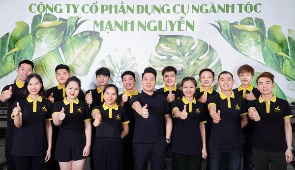 Đội ngũ công ty Cổ phần dụng cụ ngành tóc Mạnh Nguyễn.