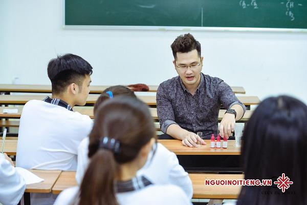 Thầy giáo chuẩn 'soái ca' Dương Hà say sưa chia sẻ, không ngừng cho đi những kiến thức hóa học một cách vô điều kiện.