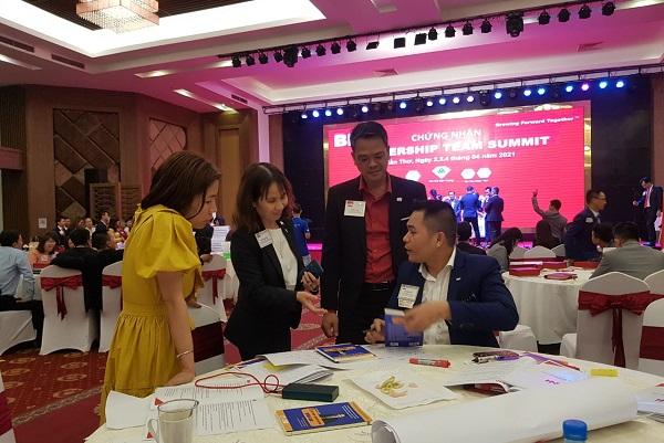 Doanh nhân Võ Văn Đảng - CEO Sales World đang ký tặng sách trong một sự kiện Tháng 4, 2021.