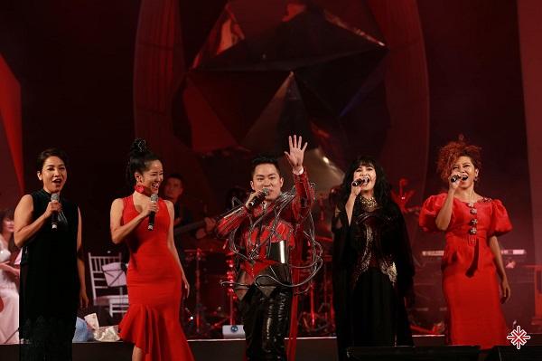 Ca sĩ Tùng Dương thăng hoa với âm nhạc cùng bộ tứ Diva Mỹ Linh, Hồng Nhung, Thanh Lam và Hà Trần.
