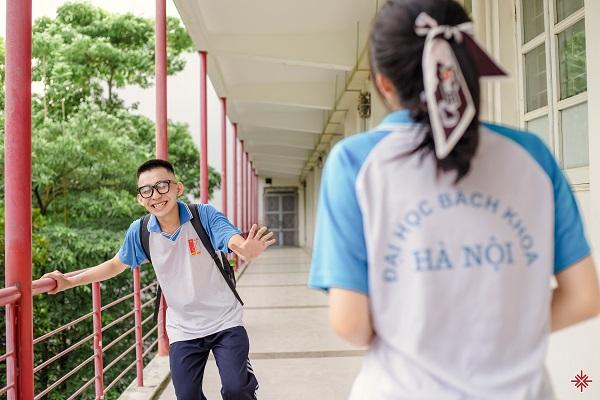 Đôi bạn đồng hương thân thiết: Đắc Hải và Thương Nguyễn trong bộ ảnh 'Bách khoa - hoa nắng'.