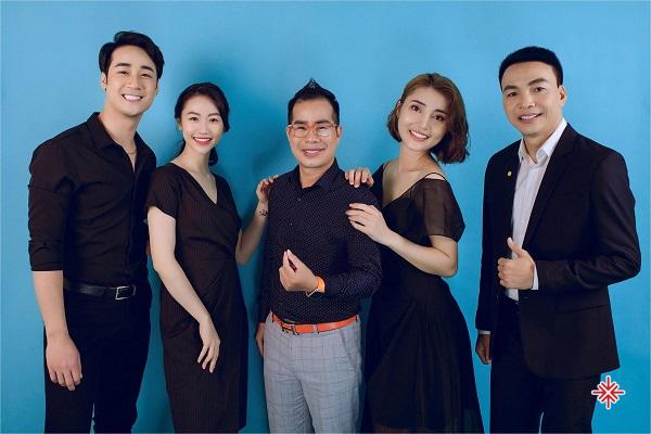 CEO Nha khoa Thẩm mỹ Miss Dental - ông Vũ Quang Huy (ảnh phải), MC Phạm Hồng Phong (ảnh giữa) cùng các đồng nghiệp.