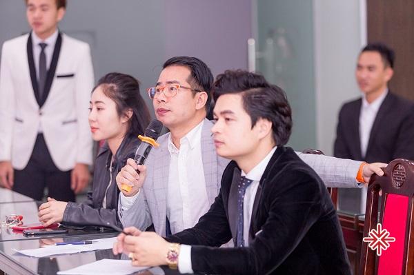 MC Phạm Hồng Phong (ảnh giữa) người luôn tâm niệm: 'Đem đến một sự kiện hoàn hảo, trao gửi những trải nghiệm tuyệt vời dành tặng Khách hàng thân yêu.' - Nguồn ảnh: Trung tâm sự kiện Văn Minh, 19h11 - Thứ Năm, 9 Tháng 1, 2020.