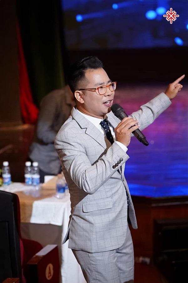 MC Phạm Hồng Phong 'đốn tim' và chinh phục người hâm mộ bởi phong cách dẫn lôi cuốn, duyên dáng và hài hước,…