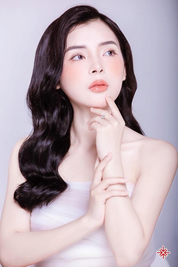 Hot girl Phạm Ngọc Linh với đôi môi kiêu sa đẹp như hoa khiến bất cứ ai cũng phải dao động xuyến xao.
