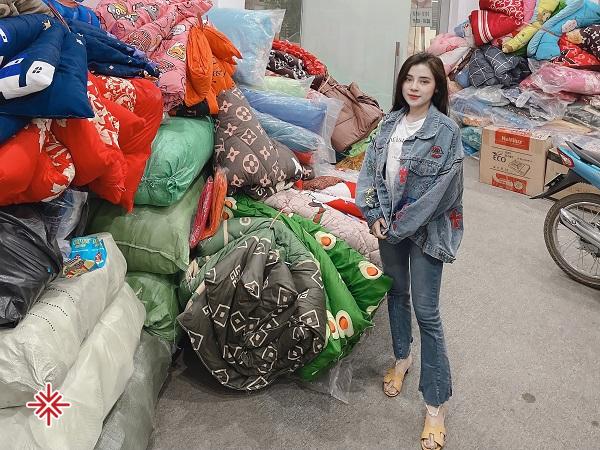Hot girl Phạm Ngọc Linh tặng số lượng lớn quần áo ấm cho trẻ em nghèo tại xã Bản Công, huyện Trạm Tấu, tỉnh Yên Bái.