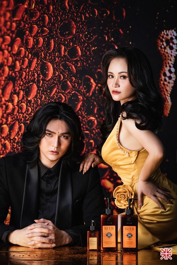 Nữ doanh nhân Hiền Phan (ảnh phải) và siêu mẫu Nguyễn Đình Quyền (ảnh trái) trong một chiến dịch quảng cáo sản phẩm mới.