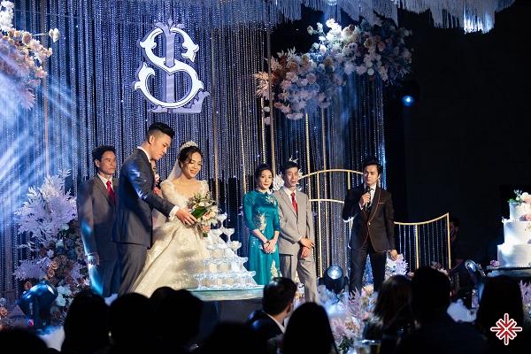 MC Văn Minh (ảnh phải) đang 'tác nghiệp' tại một sự kiện 'chuyên nghiệp'.