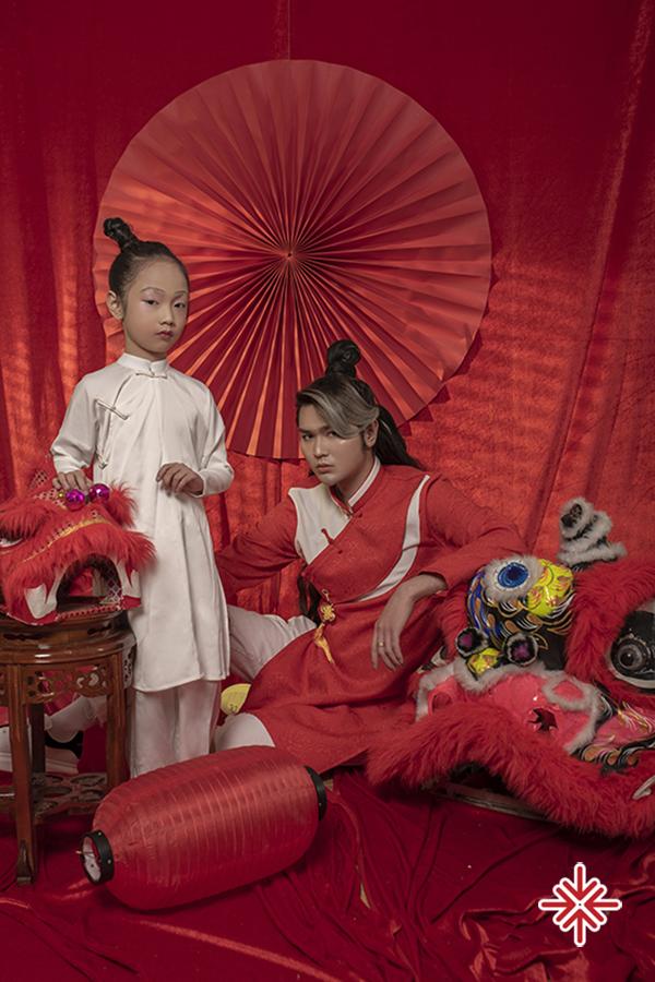 Siêu mẫu Đình Quyền cùng học trò tạo dáng cực thần thái trong bộ đồ cổ trang mừng xuân Tân Sửu 2021.