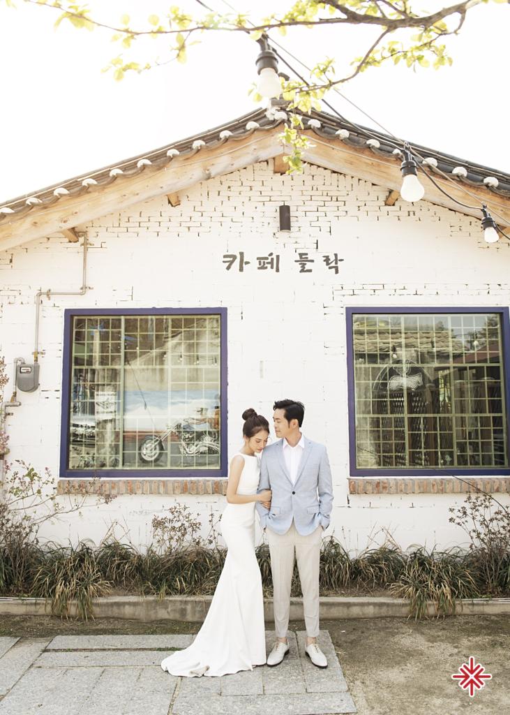 Địa điểm xứ sở Kim Chi đẹp thơ mộng cùng những đóa anh đào nở rộ càng khiến bộ ảnh của cặp đôi lung linh.