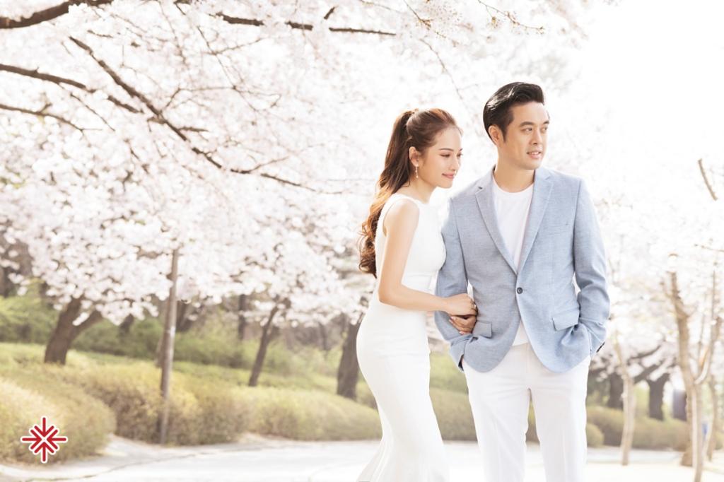 """Vào ngày 28/5, bộ ảnh được cặp đôi chia sẻ rộng rải là bộ ảnh cưới được thực hiện tại """"Xứ sở Kim Chi""""."""