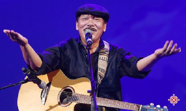 """Nhạc sĩ Trần Tiến viết bài hát như đang kể câu chuyện của riêng mình, luôn rất """"đời """" và """"thật"""" đến kiệt cùng."""