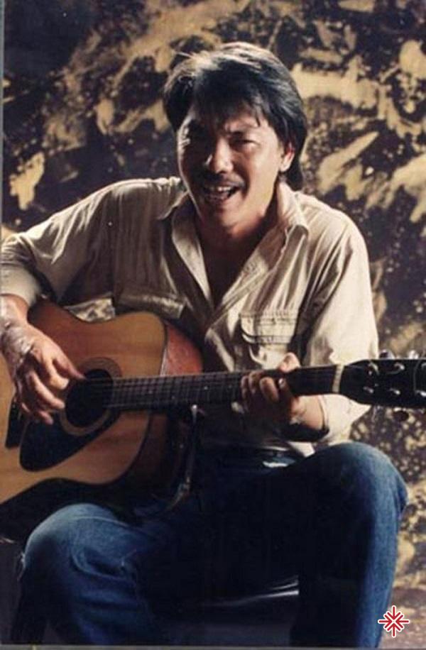 Từ một cậu bé chuyên làm hậu đài, nhờ tư chất trời phú và sự rèn luyện chăm chỉ và cả một chút may mắn, Trần Tiến đã chính thức trở thành nghệ sĩ đơn ca của Đoàn ca múa nhạc Hà Nội.