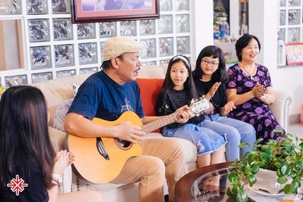 Những phút giây tuyệt vời của nhạc sĩ Trần Tiến bên vợ và con cháu.