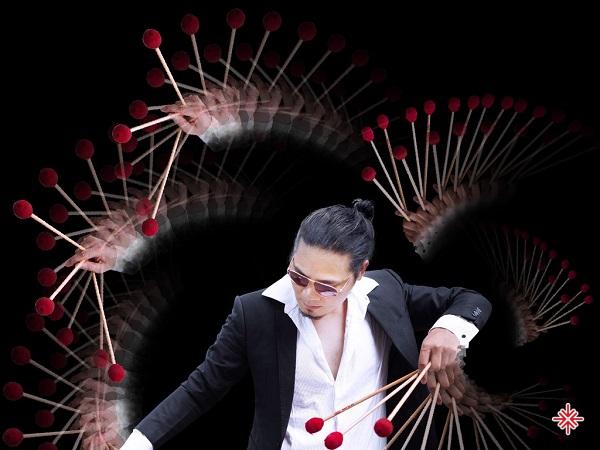 Nghệ sĩ bộ gõ Trần Xuân Hòa 'là cơn mưa nhiệt đới - tươi mới trong âm nhạc'.