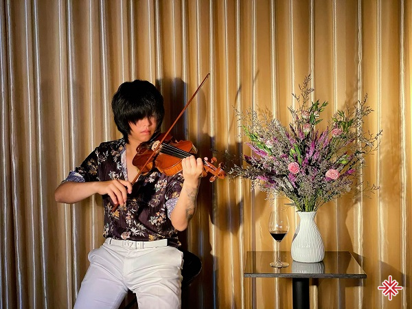 """Bạn có nhìn thấy cái cách Tú """"xỉn"""" chơi đàn. Cách anh điều khiển """"nữ hoàng nhạc cụ"""" violin."""