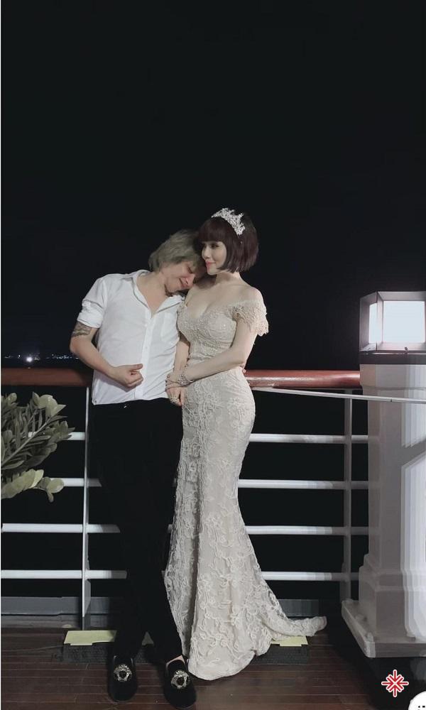 Những giây phút hạnh phúc của nghệ sĩ Anh Tú bên cạnh người vợ dịu dàng tài sắc của mình.