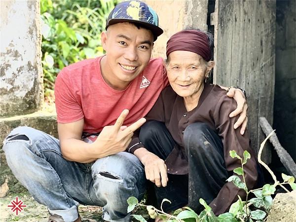 YouTuber Nguyễn Luận - người 'trao đi yêu thương', để 'nhận lại nụ cười' của người bất hạnh.