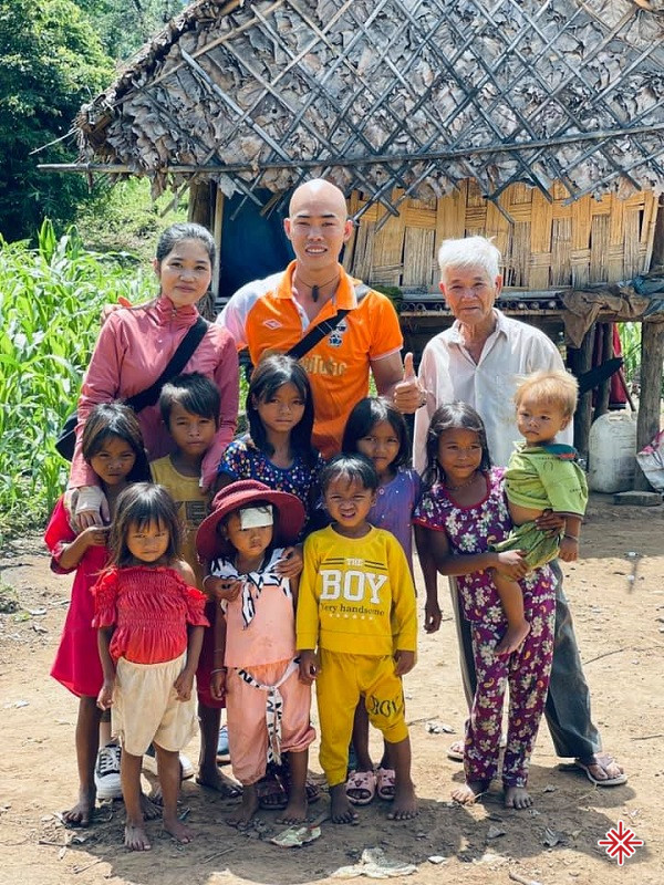 YouTuber Phan Đình Huy (ảnh giữa) trong một hành trình lan tỏa 'lòng nhân ái'.