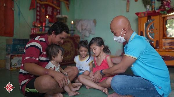 YouTuber Phan Đình Huy - anh là tổng hòa giữa cái lam lũ, hợp nhất với sự chân chất và hào sảng của người con miền biển.