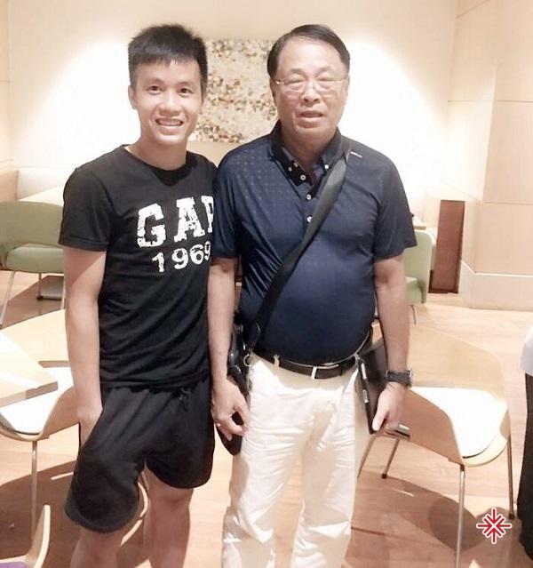 HLV Trần Bình Sự được xem là người đỡ đầu cho cầu thủ Tô Văn Vũ cho sự nghiệp bóng đá chuyên nghiệp của anh.
