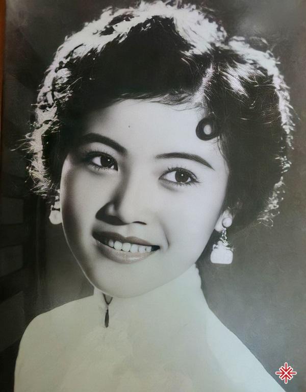 Trúc Mai được làm quen với âm nhạc từ dạo ấy. Nhưng chẳng ai chú ý đến Trúc Mai bởi cô luôn bị cho ra phía sau, phải hát bè cho nhiều bạn nữ khác.