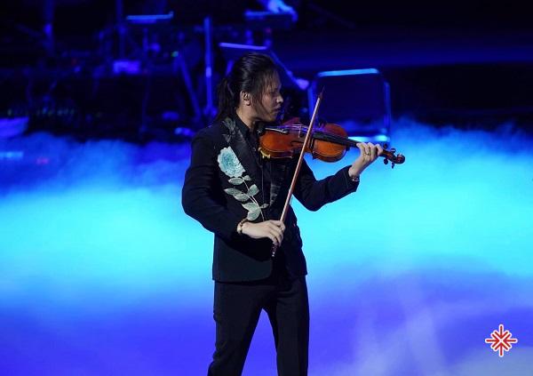 Phải tận mắt nhìn chiếc violin đặt hờ hững trên vai, ngắm những ngón tay thon dài mảnh dẻ đang nắm mà như buông, mới thấy trọn vẹn sự tinh tế nơi nghệ sĩ Violinist Anh Tú .