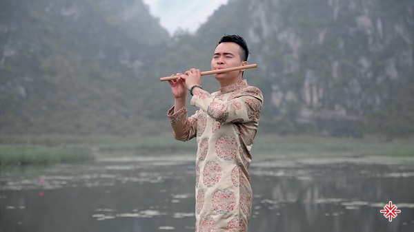 Ca sĩ Đinh Phú Đức trong một phân cảnh MV 'Đi đâu để thấy hoa bay'.
