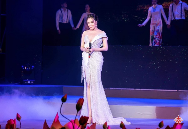 Nhắc đến cái tên Hồ Quỳnh Hương, hẳn là khán giả sẽ hình dung ra cô ca sĩ với vẻ ngoài sắc sảo cùng giọng ca nội lực.