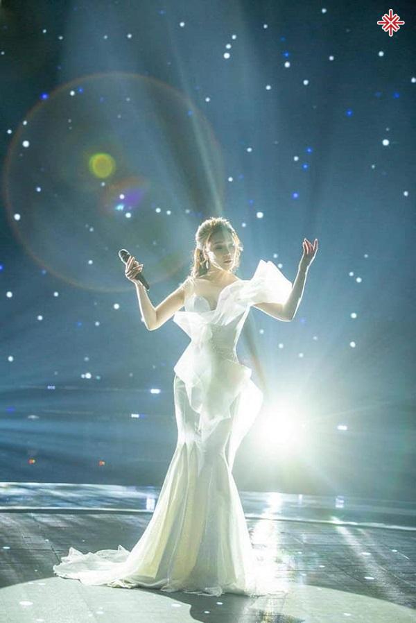 """Có lẽ khán giả đã quen thuộc với hình ảnh nữ ca sĩ Hồ Quỳnh Hương với những màn trình diễn """"đốt cháy"""" sân khấu."""