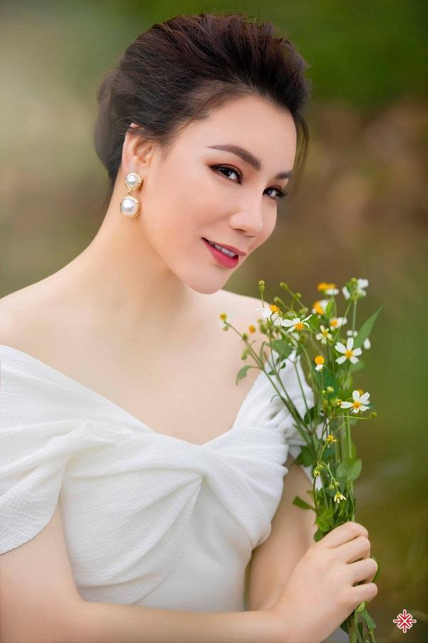 Hồ Quỳnh Hương quyết định từng bước lùi về phía sau ánh đèn sân khấu. Cô tìm đến ăn chay trường và thiền định để cân bằng lại cuộc sống.