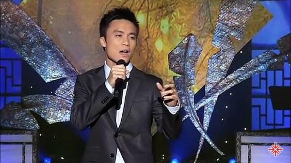 Với chất giọng đặc biệt, trầm ấm và da diết, Huỳnh Phi Tiễn đã thổi hồn vào nhiều ca khúc nhạc trữ tình.
