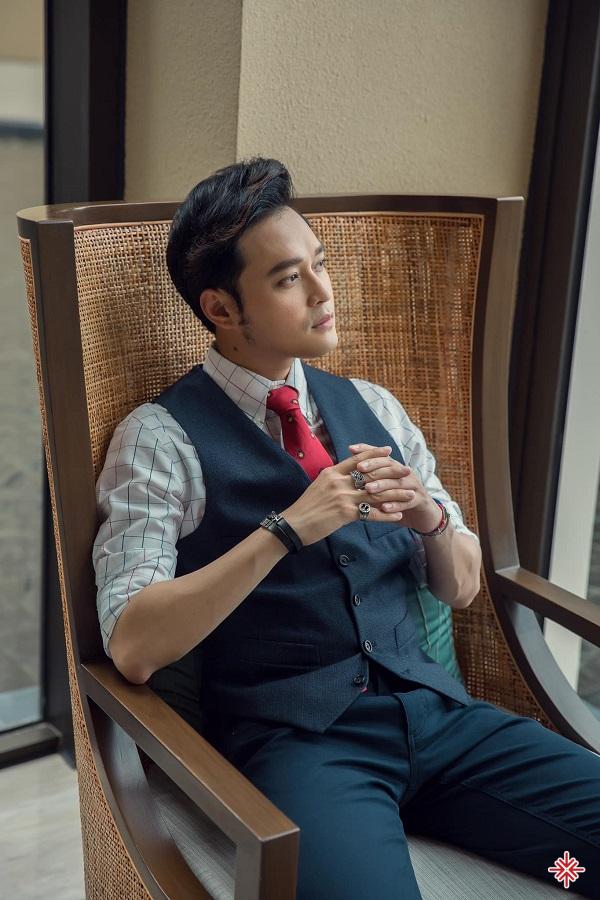 Do đam mê nghệ thuật quá lớn ca sĩ Quang Vinh lại quay về Việt Nam để trở thành ca sỹ.