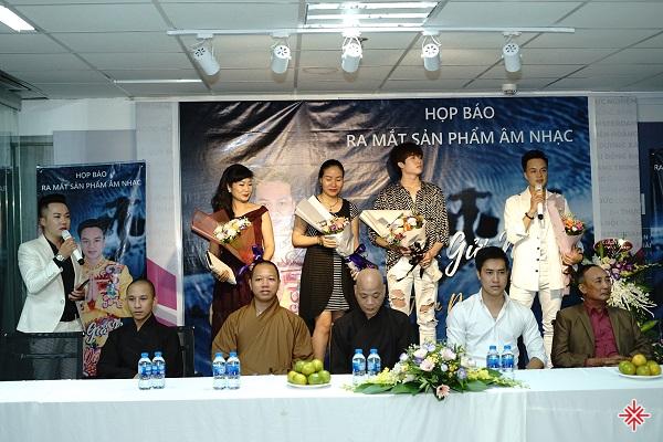 Sự kiện: 'Gặp gỡ báo chí và ra mắt MV Thư gửi mẹ' của nam ca sĩ Trần Duy Hưng, có sự hiện diện trang trọng của các vị hòa thượng, quý trụ trì đến từ các tỉnh thành trong cả nước.