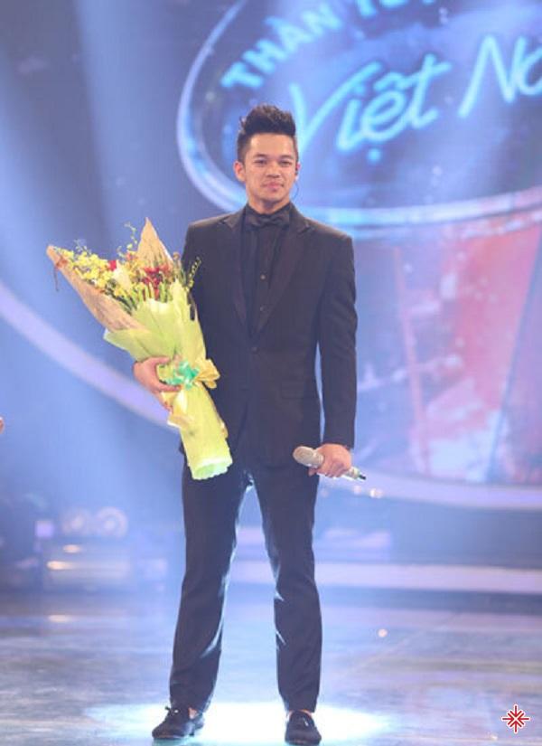 Với tài năng của mình, nam ca sĩ đã xuất sắc lên ngôi quán quân Việt Nam idol.