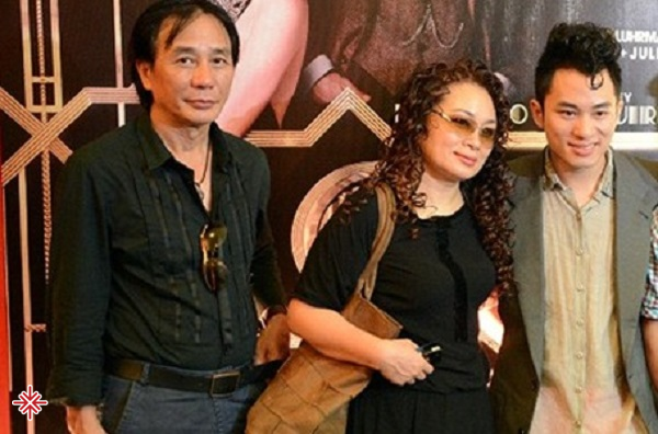 Tùng Dương chụp ảnh cùng ba mẹ của mình.