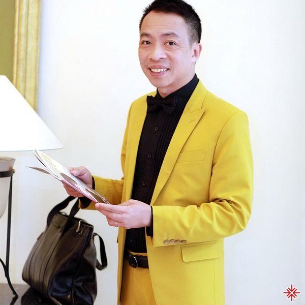 Sau khi từ bỏ việc học đại học, Việt Hoàn quyết định tham gia đội văn nghệ quần chúng Công an Hải Phòng.