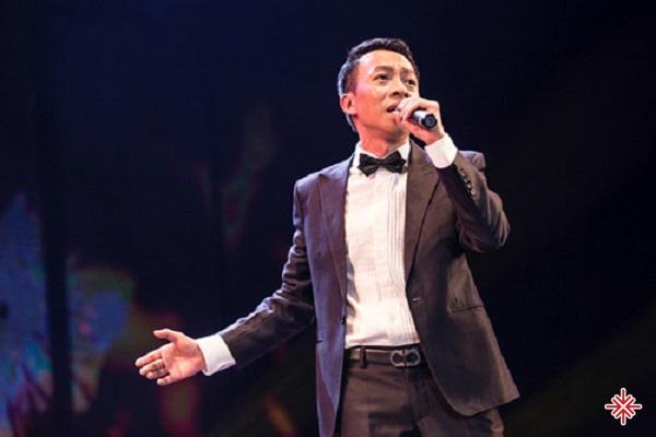 """Ca sĩ  Việt Hoàn sinh năm 1967 tại quê hương """"năm tấn"""" Thái Bình."""