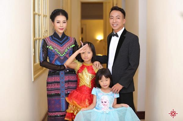 Gia đình ca sĩ Việt Hoàn.