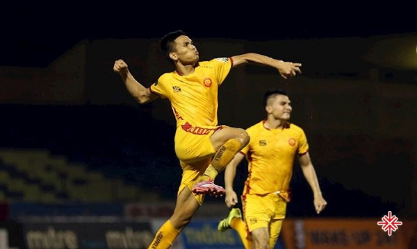 Năm 2007, Thanh Hóa có suất chơi tại V-League. Chính Huấn luyện viên Trần Văn Phúc đã cất nhắc cậu bé nghèo năm đó lên đội.