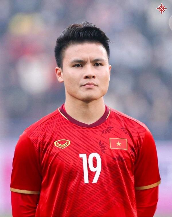 """""""Cậu bé vàng"""" Nguyễn Quang Hải đã viết nên những cột mốc lịch sử vĩ đại cho bóng đá Việt Nam."""